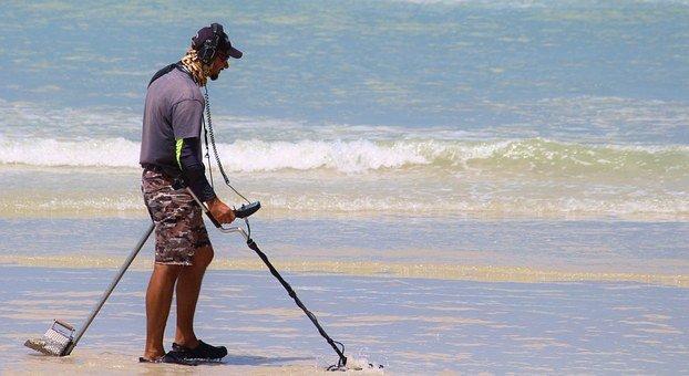détecteur de métaux sur la plage